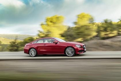 Mercedes E-Klasse Coupé C238 Aussenansicht Seite dynamisch rot