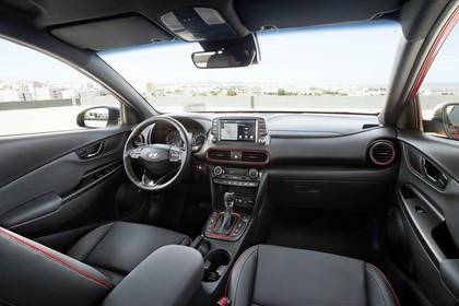 Hyundai Kona OS Innenansicht statisch Vordersitze und Armaturenbrett beifahrerseitig