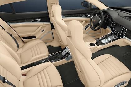 Porsche Panamera 970 Innenansicht statisch Studio Rücksitze Vordersitze und Armaturenbrett beifahrerseitig