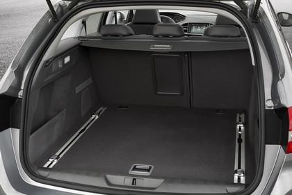 Peugeot 308 SW T9 Aussenansicht Heck schräg statisch Studio silber Heckklappe geöffnet