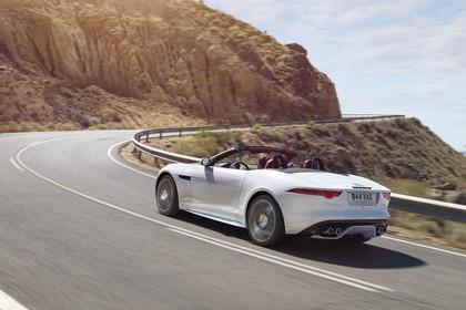 Jaguar F-Type AWD R Cabriolet QQ6 Aussenansicht Seite schräg dynamisch weiss