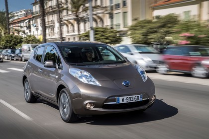 Nissan Leaf ZE0 Aussenansicht Front schräg dynamisch braun