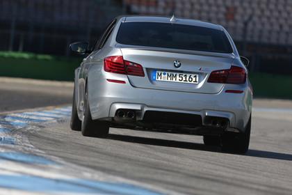 BMW M5 F10 Aussenansicht Heck dynamisch silber