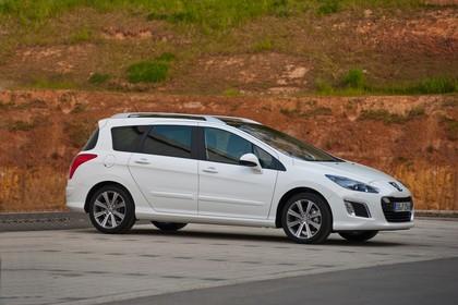 Peugeot 308 SW 4J Facelift Aussenansicht Seite schräg statisch weiss