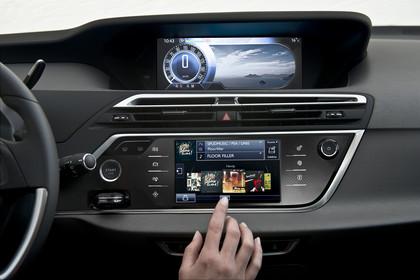 Citroën C4 Picasso 2 Innenansicht statisch Studio Detail Mittelkonsole Armaturenbrett und Infotainmentbildschrim