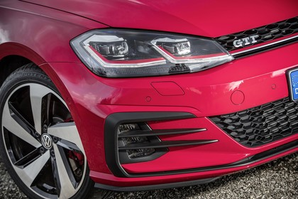 VW Golf 7 GTI Facelift Aussenansicht Detail Scheinwerfer statisch rot