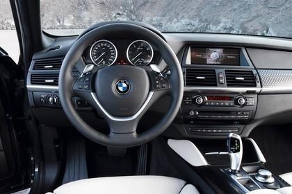 BMW X6 E71 Innenansicht statisch Vordersitze und Armaturenbrett fahrerseitig