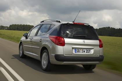 Peugeot 207 SW W Aussenansicht Heck schräg dynamisch silber