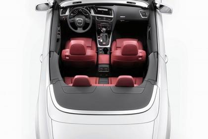 Audi A5 Cabrio Aussenansicht Vogelperspektive Studio statisch weiss