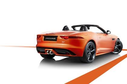 Jaguar F-Type S Cabriolet QQ6 Aussenansicht Heck schräg statisch Studio orange