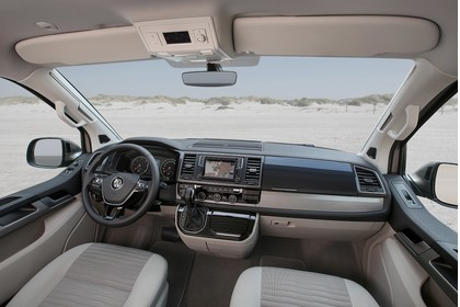 VW T6 Innenansicht zentral statisch hellgrau
