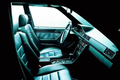 Mercedes E-Klasse Limousine W124 Studio Innenansicht Cockpit statisch schwarz
