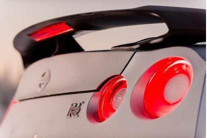 Nissan GT-R R35 Aussenansicht Heck schräg statisch Detail Rückleuchten und Heckspoiler weiss