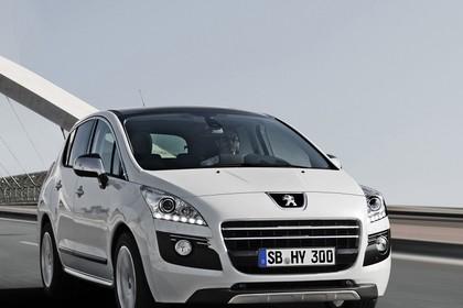 Peugeot 3008 HYbrid4 Aussenansicht Front dynamisch weiss