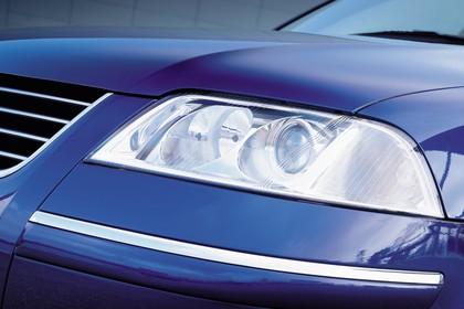 VW Passat Limousine B5 Facelift Aussenansicht Front schräg statisch Detail Scheinwerfer links