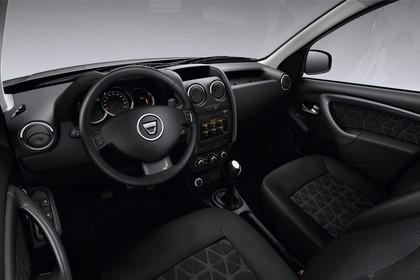 Dacia Duster SD Aussenansicht statisch Studio Vordersitze und Armaturenbrett fahrerseitig