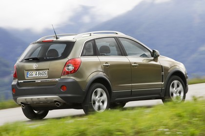 Opel Antara L-A Aussenansicht Heck schräg dynamisch grün