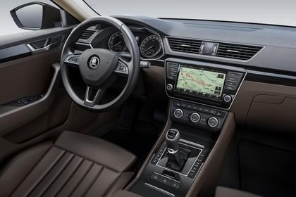 Skoda Superb Limousine 3V Innenansicht Studio Fahrersitz und Armaturenbrett statisch