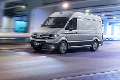 VW Crafter Kastenwagen Aussenansicht Front schräg dynamisch silber