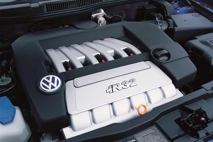VW Golf 4 R32 Dreitürer Aussenansicht statisch Detail Motor