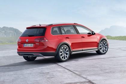 VW Golf 7 Alltrack Variant Aussenansicht Heck schräg statisch rot