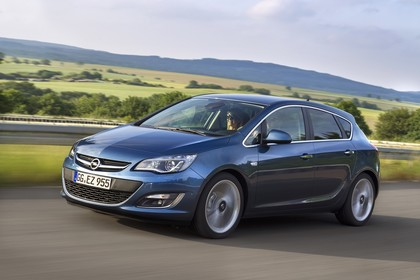 Opel Astra J Aussenansicht Front schräg dynamisch blau