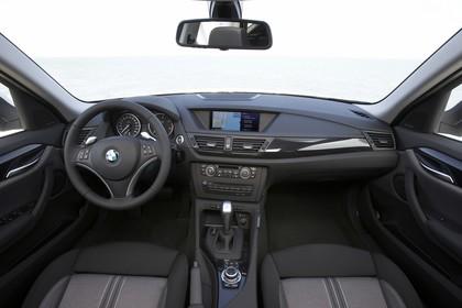 BMW X1 E84 Innenansicht statisch Vordersitze und Armaturenbrett