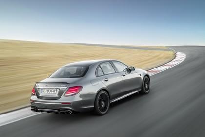 Mercedes-AMG E 63 W213 Aussenansicht Heck schräg dynamisch schwarz