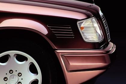 Mercedes E-Klasse Limousine W124 Aussenansicht Detail Kotflügel statisch rot
