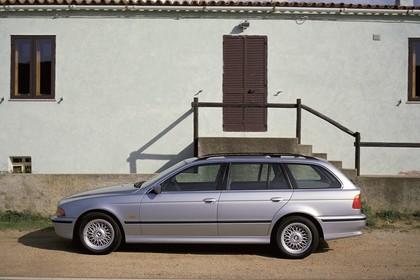 BMW 5er Touring E39 Aussenansicht Seite statisch silber