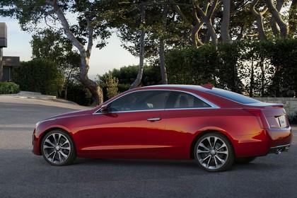 Cadillac ATS Coupé Aussenansicht Seite schräg statisch rot