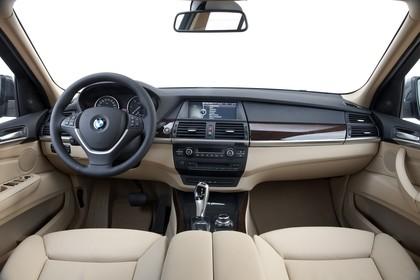 BMW X5 E70 LCI Innenansicht statisch Studio Vordersitze und Armaturenbrett