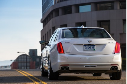 Cadillac CT6 Limousine Aussenansicht Heck schräg statisch weiss