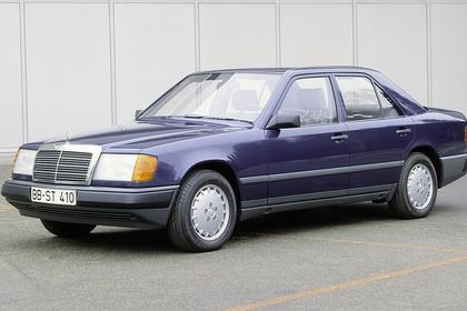 Mercedes E-Klasse Limousine W124 Aussenansicht Front schräg statisch blau