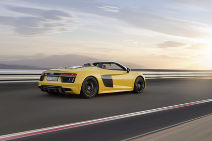 Audi R8 Spyder Aussenansicht Heck schräg dynamisch gelb