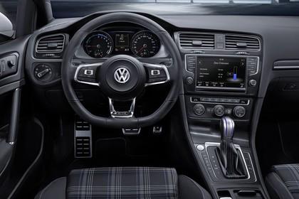 VW Golf 7 GTE Innenansicht Fahrerposition statisch schwarz