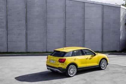 Audi Q2 Aussenansicht Heck schräg dynamisch gelb
