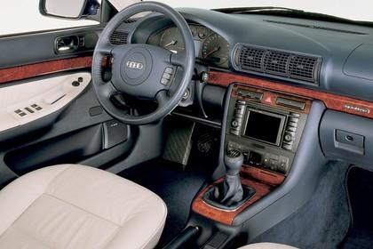 Audi A4 Limousine B5 Innenansicht statisch Studio Vordersitze und Armaturenbrett beifahrerseitig