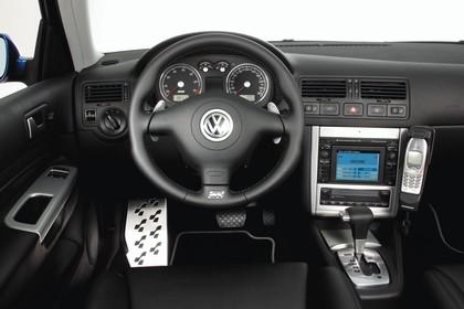 VW Golf 4 R32 Dreitürer Innenansicht statisch Studio Vordersitze und Armaturenbrett fahrerseitig