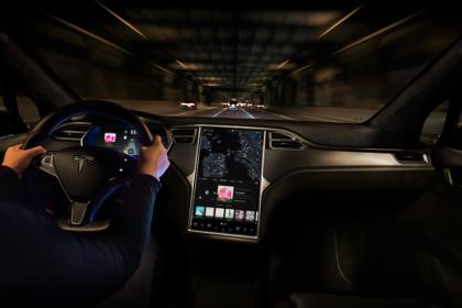 Tesla Model X Innenansicht dynamisch Armaturenbrett beifahrerseitig