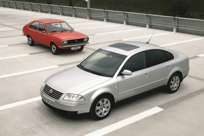 VW Passat Limousine B5 Facelift B1 Aussenansicht Front schräg statisch silber rot