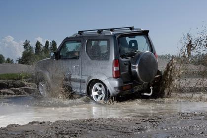 Suzuki Jimny FJ Aussenansicht Heck schräg dynamisch grau