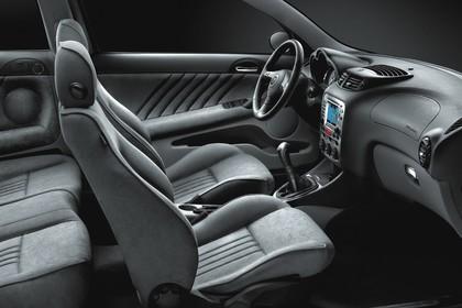 Alfa Romeo 147 Fünftürer 937 Studio Innenansicht Vordersitze statisch schwarz