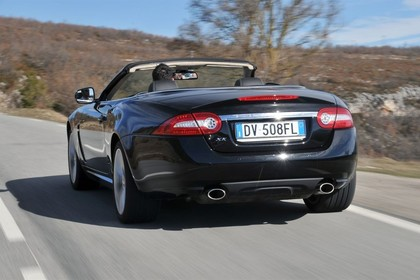 Jaguar XK Cabriolet X150 Aussenansicht Heck schräg dynamisch schwarz