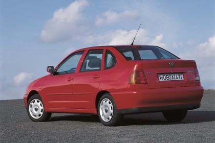VW Polo 3 Limousine 6N Aussenansicht Heck schräg statisch rot