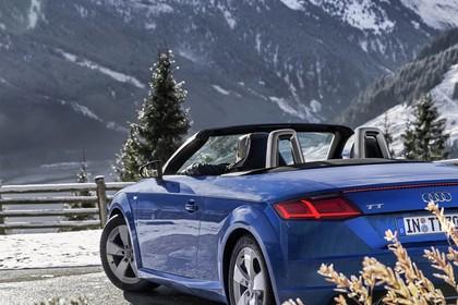 Audi TT 8S Roadster Aussenansicht Heck schräg statisch blau