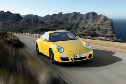 Porsche 911 Carrera 4 GTS 997.2 Aussenansicht Front schräg dynamisch gelb