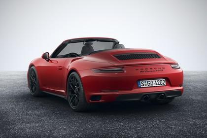 Porsche 911 Carrera 4 GTS Cabriolet 991.2 Aussenansicht Heck schräg statisch Studio rot