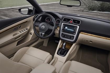 VW Eos 1F Facelift Innenansicht statisch Vordersitze und Armaturenbrett