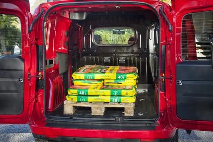 Opel Combo  Aussenansicht Kofferraum statisch rot